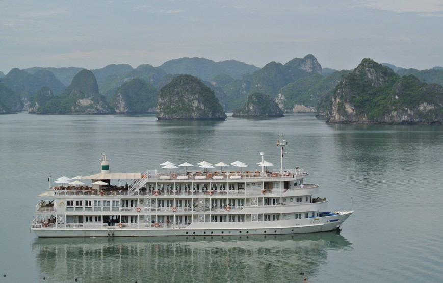 halong-bay-luxury-cruises-overview-1